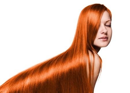 portret van een mooie vrouw met lang rood gezond glanzend steil haar, geïsoleerd op wit Stockfoto