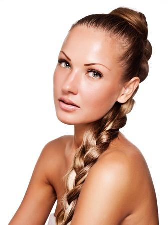 pelo casta�o claro: hermosa mujer joven con el pelo largo color mezclado, peinado trenza
