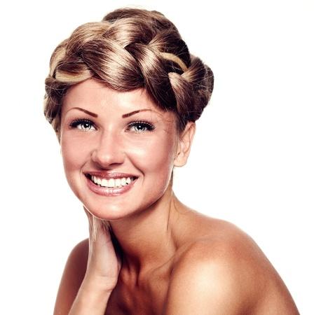 cabello casta�o claro: hermosa mujer joven con el pelo largo color mezclado, peinado trenza