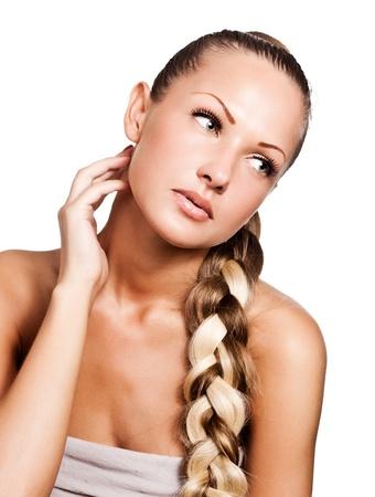 pelo castaño claro: hermosa mujer joven con el pelo largo color mezclado, peinado trenza