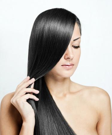 zwart haar, mooie brunette vrouw met lang natuurlijk haar, kapsel