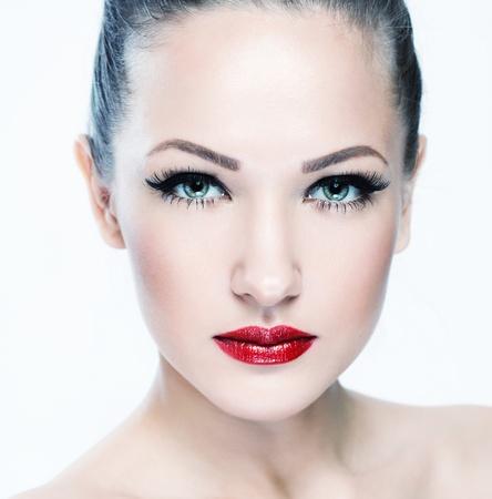 ojos azules: closeup retrato de una bella mujer con la cara y la piel belleza cara limpia, glamour maquillaje