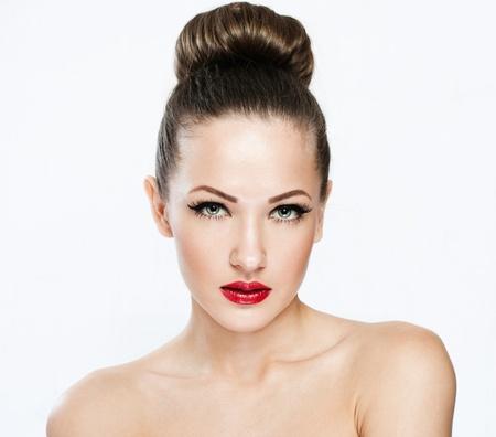 ojos hermosos: closeup retrato de una bella mujer con la cara y la piel belleza cara limpia, glamour maquillaje