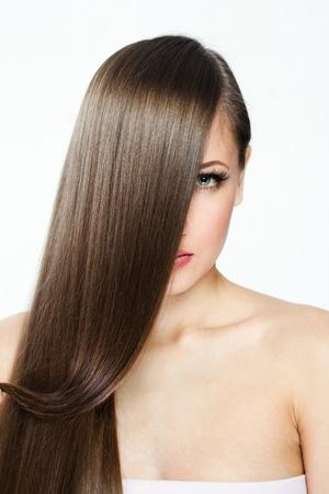人間の髪の毛: グラマーメイク美容女性モデルでは、きれいな肌の顔、長い髪と美しい女性