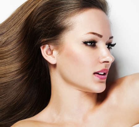 perfil de mujer rostro: Chica Morena hermosa. Pelo Largo Sano. Belleza Mujer Modelo. Peinado. Mujer Spa