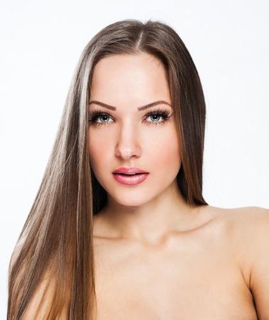 pelo castaño claro: hermosa mujer joven en el vestir. Modelo posando en el estudio