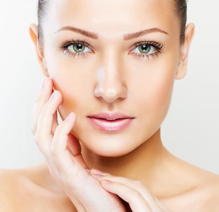 beleza: closeup retrato de uma bela mulher com beleza rosto e pele do rosto limpa, maquiagem glamour