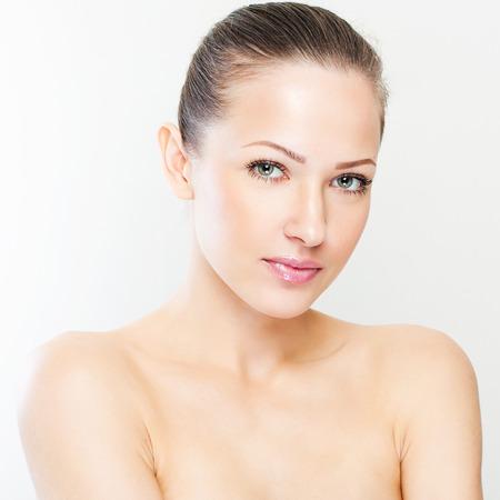 piel rostro: closeup retrato de una bella mujer con la cara y la piel belleza cara limpia, glamour maquillaje