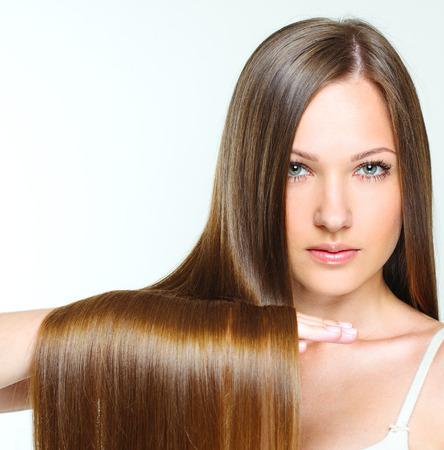 Close-up portret van een mooi meisje met bruin lang glanzend haar. aantrekkelijk meisje met gezond lang haar. natuurlijk haar.