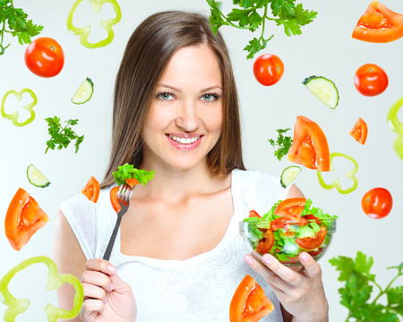 dieta sana: atractiva mujer comer Ensalada con verduras de alimentos saludables