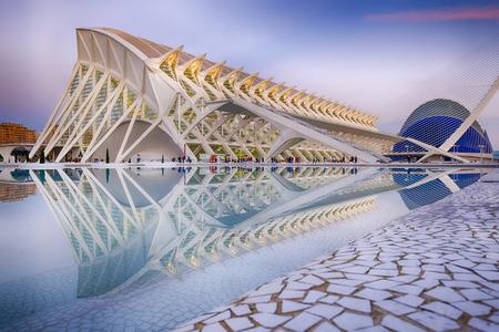 La Cité des Arts et des Sciences est un complexe culturel et architectural basé divertissement dans la ville de Valence, en Espagne. Il est très important destination moderne touristique dans la ville de Valence et l'une des plus pertinentes en Espagne, conçu par archi-
