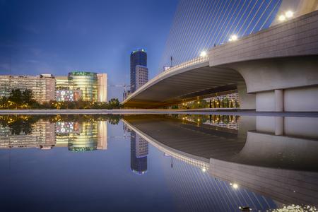 La Cité des Arts et des Sciences est un complexe culturel et architectural basé divertissement dans la ville de Valence, en Espagne. Il est très important destination moderne touristique dans la ville de Valence et l'une des plus pertinentes en Espagne, conçu par archi- Éditoriale