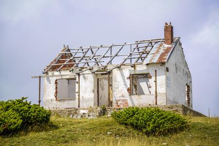 oud verlaten en gebroken bakstenen huis zonder een dak