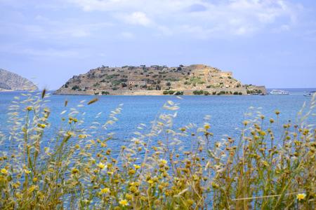 Het vestingeiland Spinalonga, Kreta, een leprakolonie een eeuw geleden, gezien vanaf de kant van Elounda.