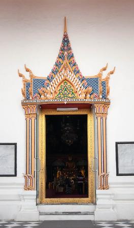 bouddhisme: porte de l'�glise de bouddhisme en Tha�lande