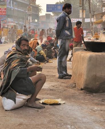 hindues: INDIA, Varanasi - 24 de noviembre de 2009 - calle de cocina, que muchos en la India