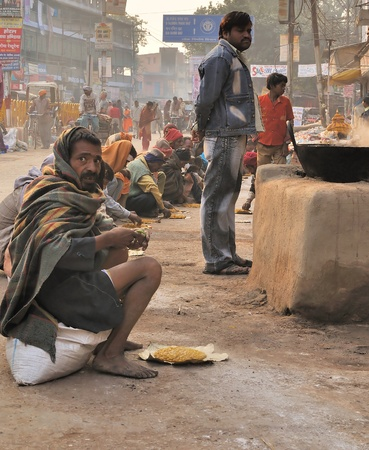 hindus: INDIA, Varanasi - NOVEMBER 24 2009 - Street kitchen, which many in India