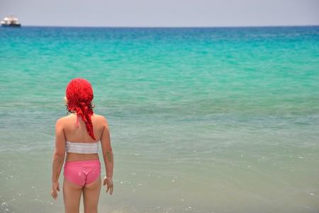 scarf beach: Ni�a en el mar.