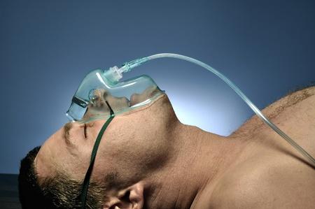 oxigeno: El hombre en la máscara de oxígeno.