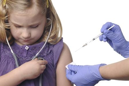 inyeccion intramuscular: Vacunación de los niños en un blanco