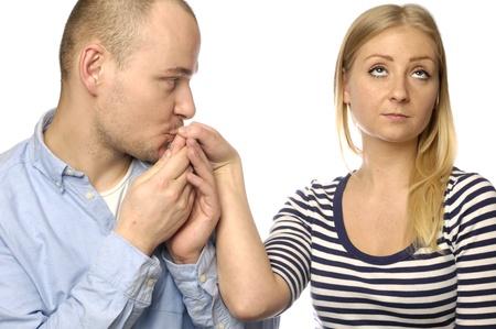 pardon: jeune couple sur fond blanc