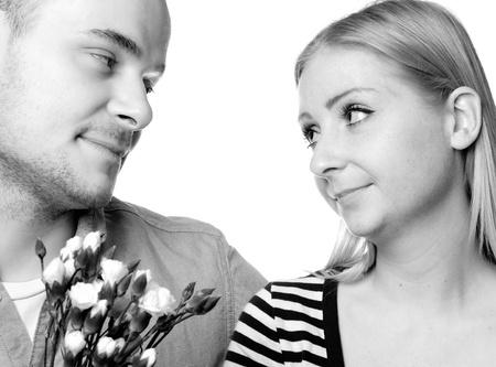 白い背景の上の若いカップル