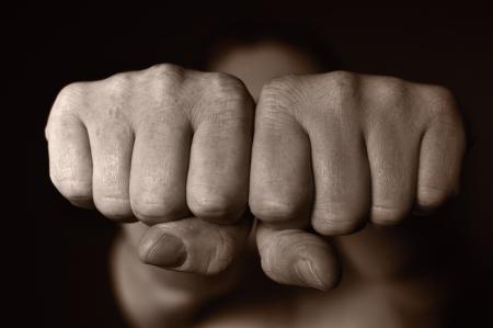 侵略の象徴としての 2 つの人間の拳