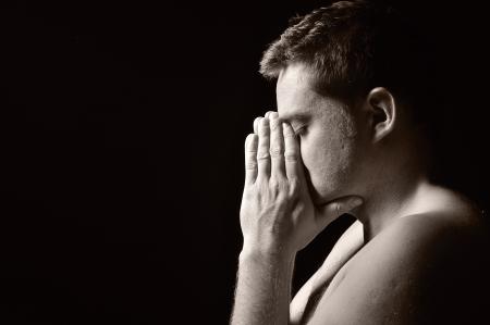 arrepentimiento: Orando hombre