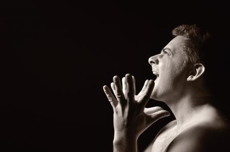 desilusion: Hombre desesperado, gritando y furioso