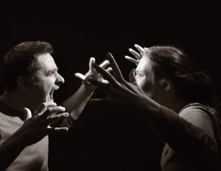 divorcio: El hombre y la mujer gritando el uno al otro matrimonio antes del divorcio