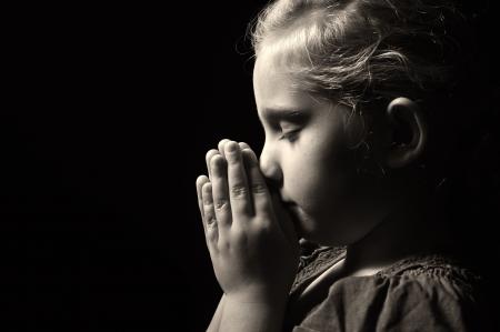 petite fille triste: Prier enfant