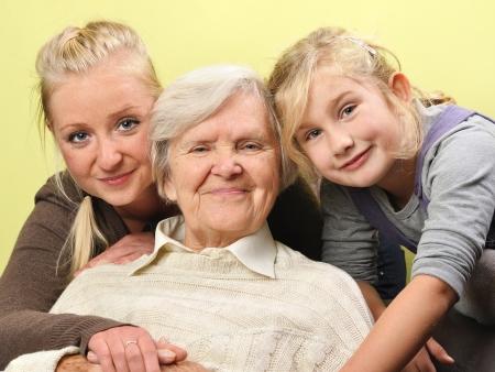 3 人の女性 - ハッピーと笑顔の三世代