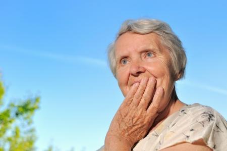 年配の女性 - 思考、屋外