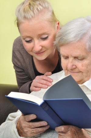 読書家で彼女の介護者と年配の女性 写真素材