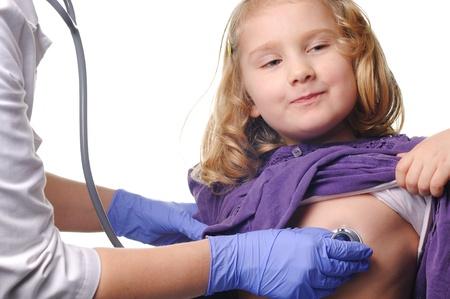 inyeccion intramuscular: Ni�o examen sobre un fondo blanco Foto de archivo