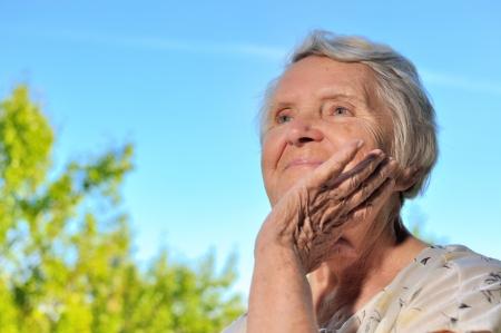 persona mayor: Mujer mayor mirando el cielo y sonriendo