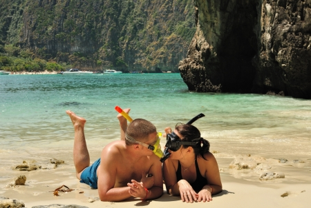 ビーチで幸せなカップルを着てシュノーケ リング