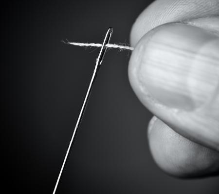 coser: Enrosque la aguja