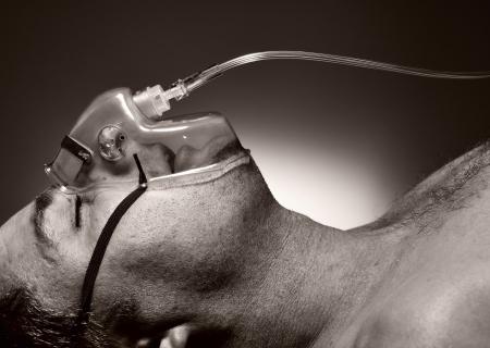 oxigeno: El hombre de la máscara de oxígeno Foto de archivo