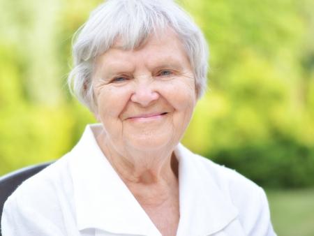 庭で年配の女性