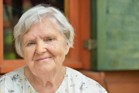 Senior femme sur la véranda de sa maison Banque d'images - 21410175