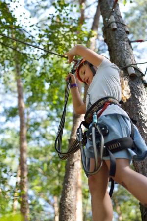 少女が、ロープを登る