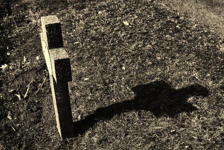 memorial cross: La cruz sobre la tumba de un desconocido Cementerio abandonado Foto de archivo