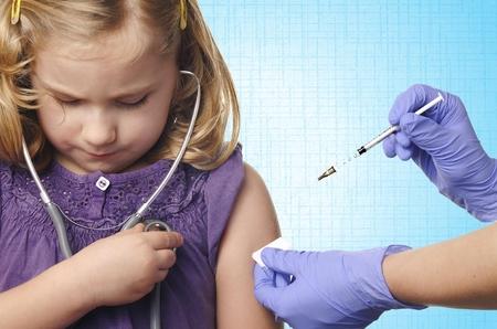 inyeccion intramuscular: Vacunación de los niños sobre fondo azul.