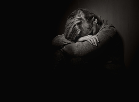 fille pleure: Femme triste.