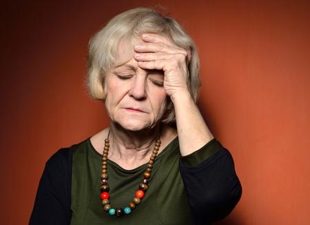 damas antiguas: Mujer madura con problemas.