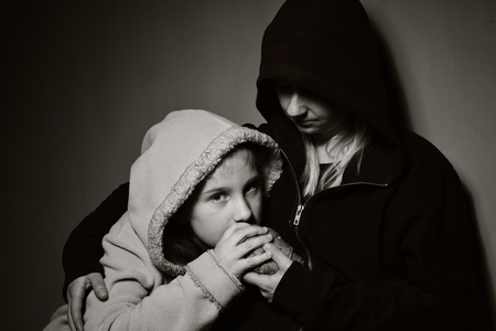 Homeless mother with her daughter. Poor family. Foto de archivo