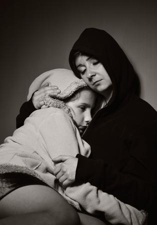 vagabundos: Madre sin hogar con su hija. Familia pobre. Foto de archivo