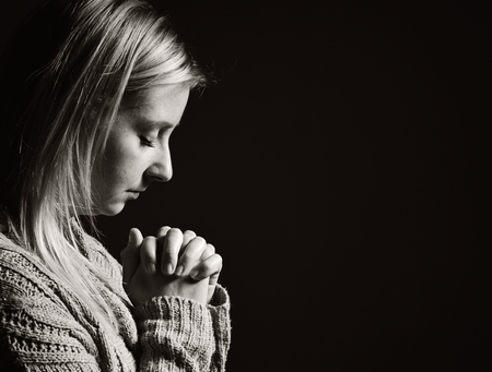 mujer orando: Mujer de rogación. Foto de archivo