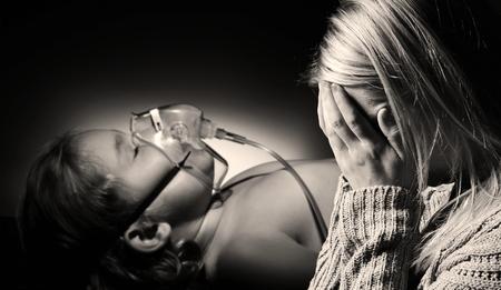 母は真剣に病気の娘の健康のために祈る。